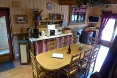 La grande pièce à vivre avec la cuisine toute équipée