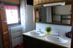 La salle de bain avec 2 vasques et 2 douches
